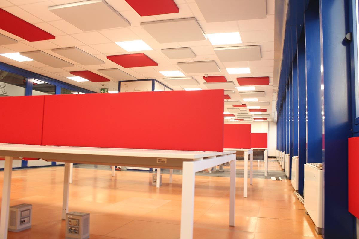 Acoustic-screens-for-desks-and-sound-absorbers-ceiling-installation