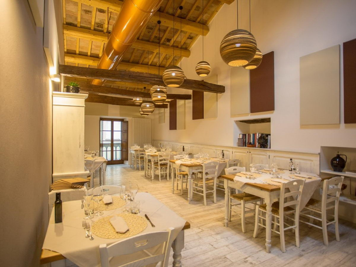 Osteria-Braceria-acoustic-treatment-in-high-ceiling-contexts